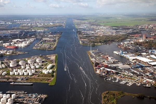 Амстердам вырос на нефтепродуктах и сельхозгрузах